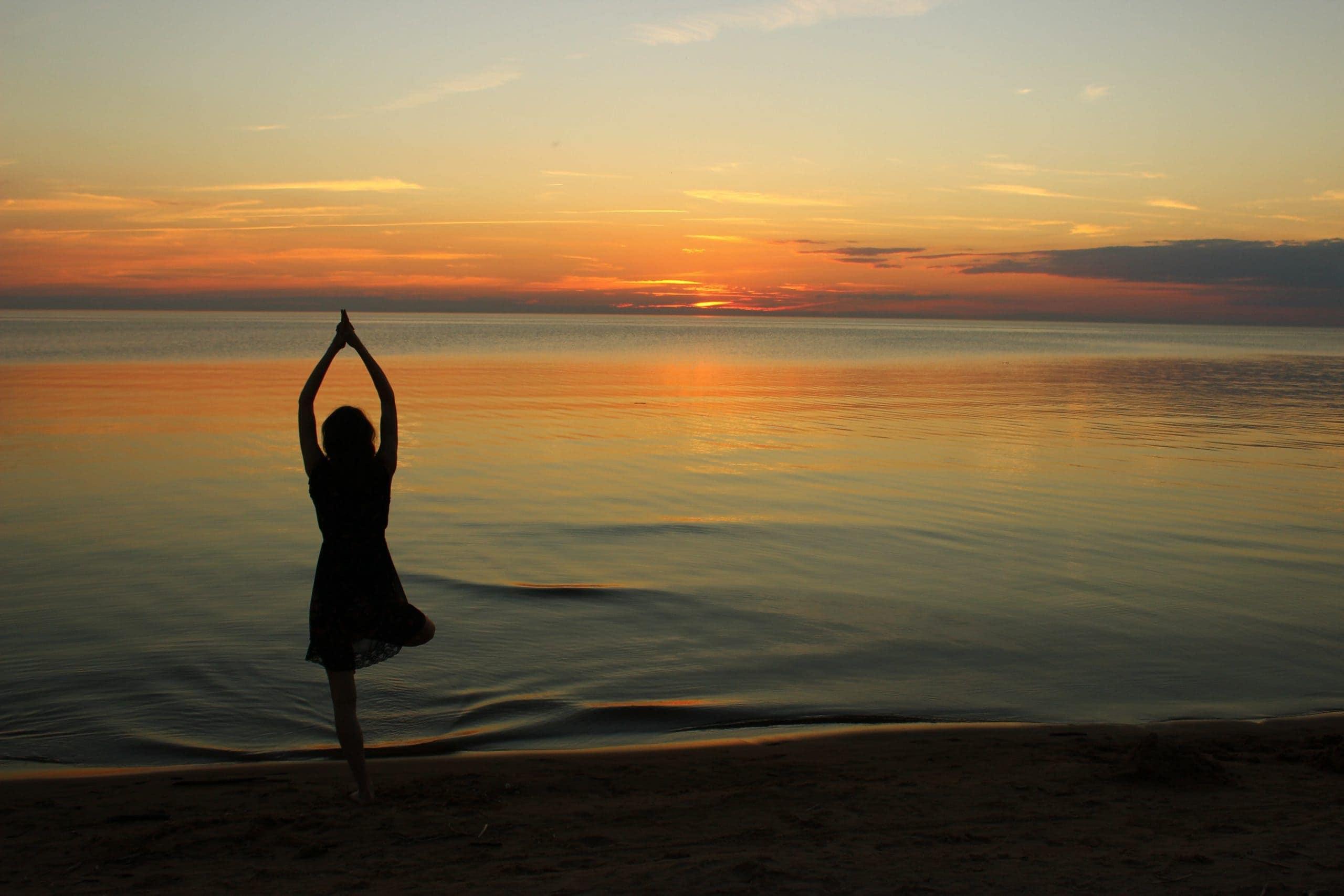 yoga devant couché de soleil blooom