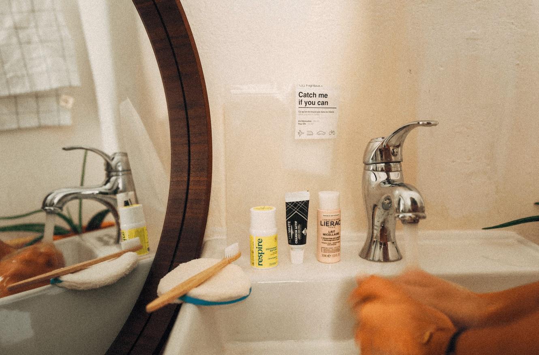 trousse de toilette dans le salle de bain